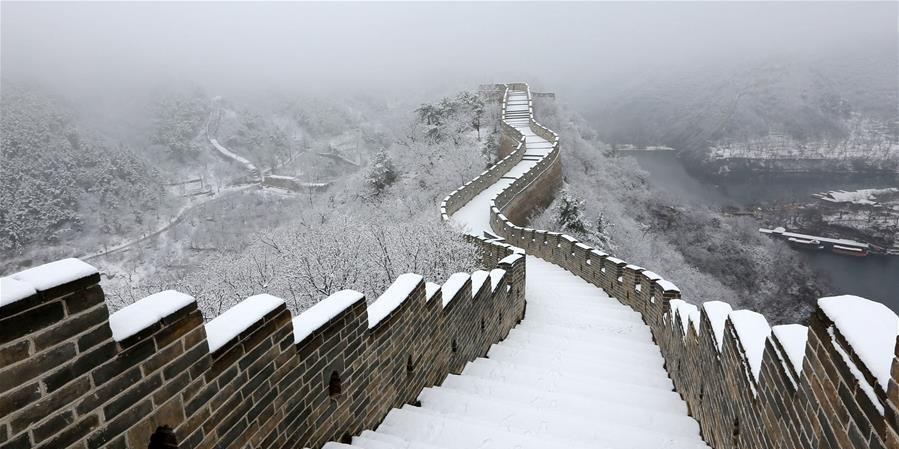 北京:春雪映长城