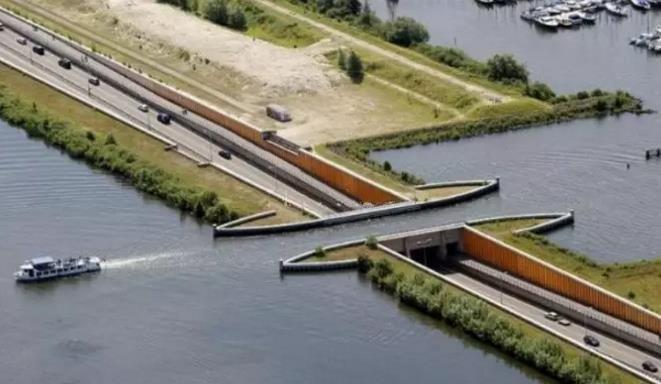 设计师用心良苦的杰作 让这座桥好像断裂