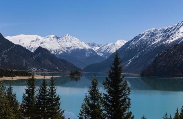 自驾游选择新疆更好,因为西藏的景相比新疆单调了些?