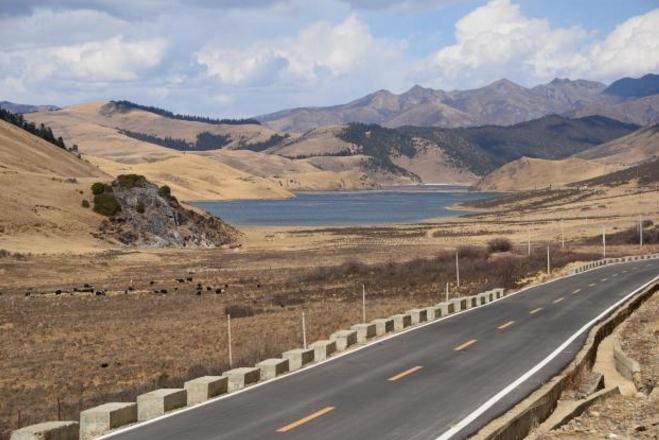 这公路从泸沽湖到稻城,没有高峻雪山广阔草原却险比滇川藏