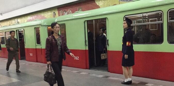 朝鲜地铁原来长这样!位于地下200米,票价3分随便坐