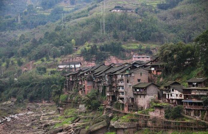 这座古镇建于山腰上,百年老房从未倒塌过,引来20亿旅游投资