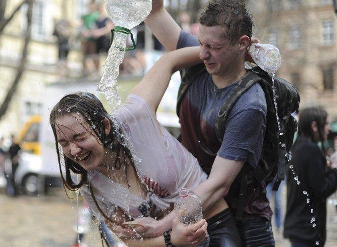 在这天,乌克兰男生可以尽情泼湿女孩子