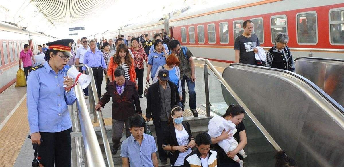 """""""端午""""首日全国铁路预计发送旅客1230万人次"""