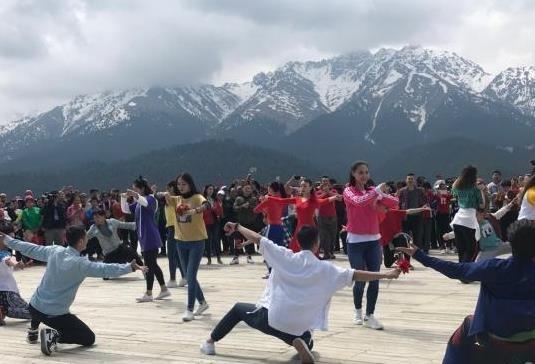 """新疆开展""""中国旅游日""""系列活动 吸引大批游客"""