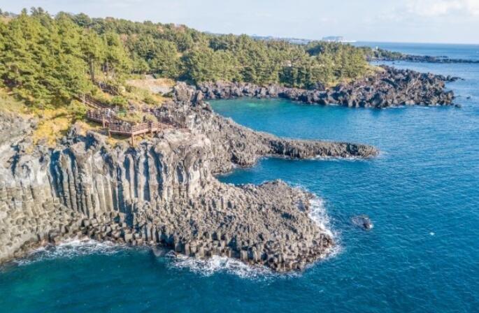 这条长达1000米的黑色岩石带,成济州岛著名景点