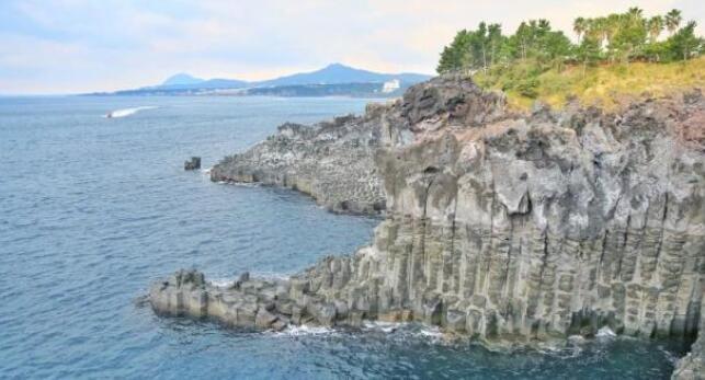 火山喷发形成的岩石,如今成了知名的旅游景点,游客络绎不绝