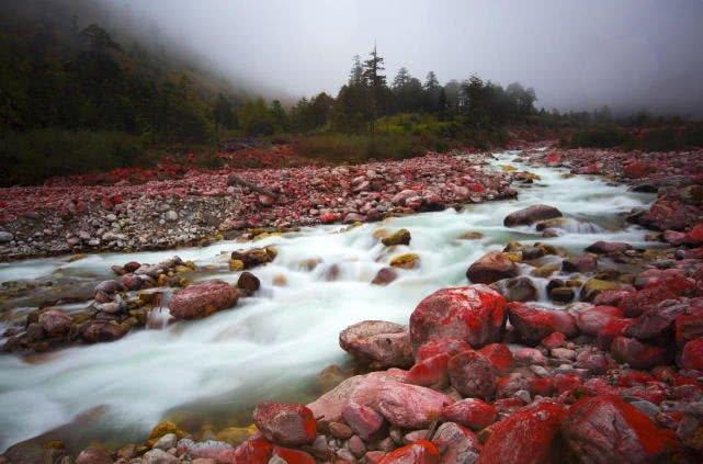 四川神秘红石滩,似鲜血洒在深山中,因何出现专家争议不休