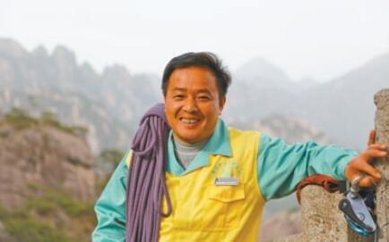 景区悬崖上打捞垃圾的清洁工:一根绳索走峭壁
