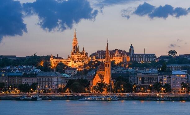 从匈牙利穿越中世纪,靓丽小美女成焦点