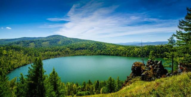 云龙天池,茂密山林中一湖静水,这里的湖水特别美丽