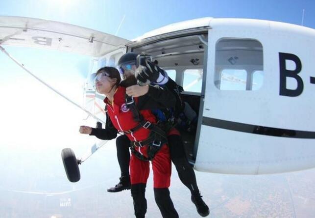"""中国惊险高空跳伞:3千米高空时速180跳下,还要签""""生死状"""""""