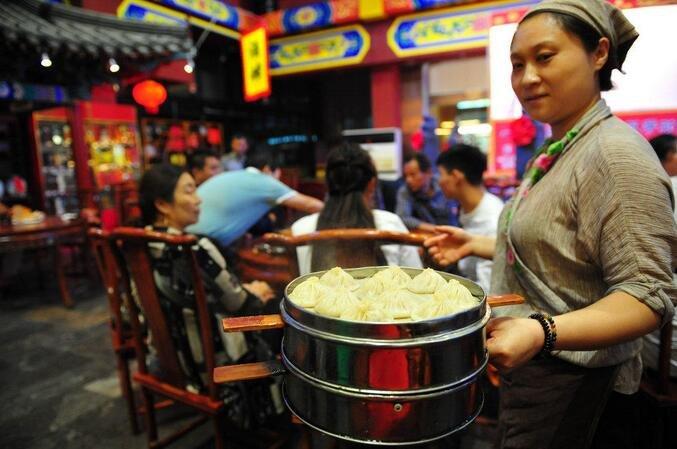 除了天津 我国还有一座因包子闻名的城 这里人习惯边唱边吃!