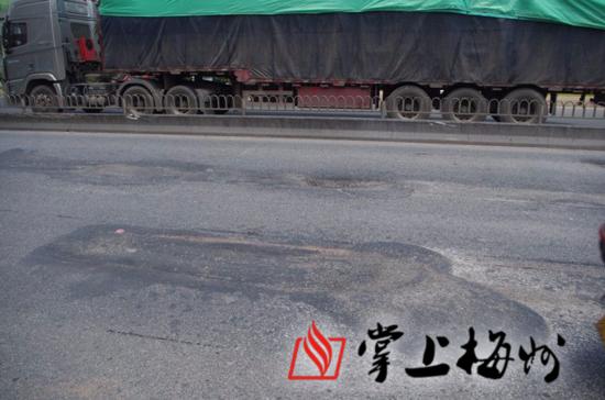 """这路有点""""坑""""!205国道梅县环市西路段路面损毁严重"""