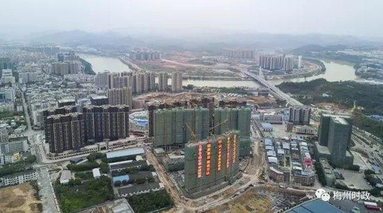 芹洋半岛与江南新城隔江相望,项目建设稳步推进.(林翔 摄)