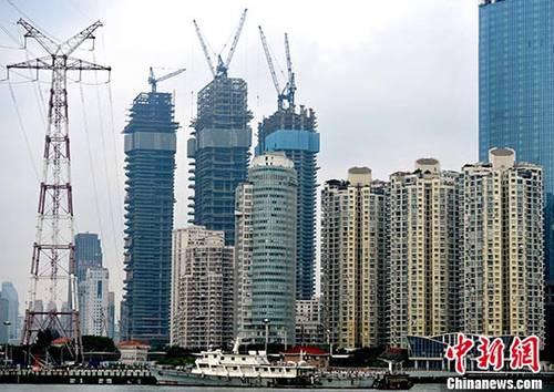 资料图:厦门房地产开发商正在建设中的高达64层的海景楼盘。 <a target='_blank' href='http://www.chinanews.com/' _fcksavedurl='http://www.chinanews.com/'></p></table><p  align=