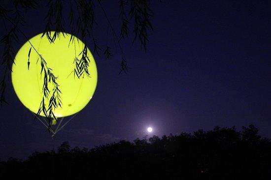 """仿佛第二个""""月亮"""",和中秋的一轮满月遥相辉映"""