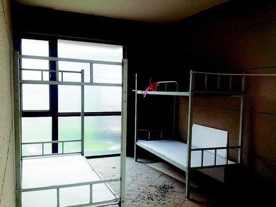 架空床_架空层被隔成了单独的房间,并摆放了几张双层床