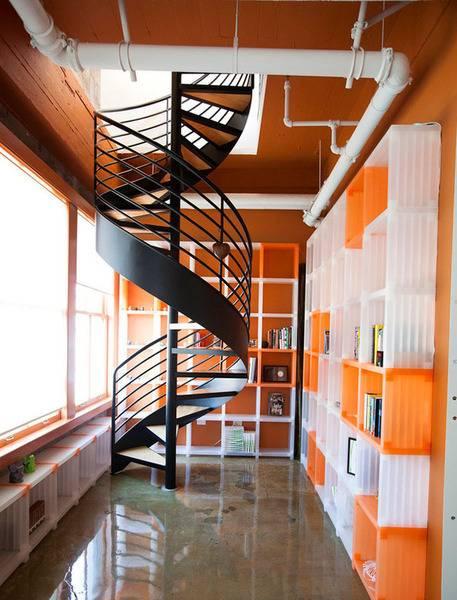 透明的楼梯设计基本不占空间,简洁明朗.