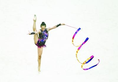 华裔女孩柔美气质摘艺术体操铜牌 获全场掌声