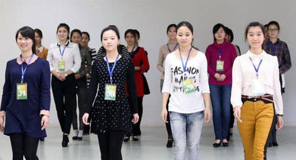 近千美女大学生竞争青奥会颁奖礼仪志愿者