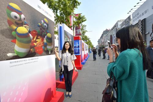 南京青奥会40幅宣传展板亮相北京王府井
