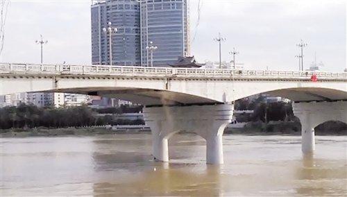 邕江大桥为何掉落泥沙木板?回应:因维修未做好防护