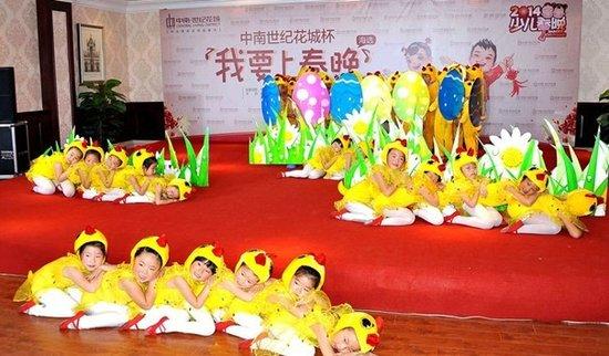 首场海选中,武术操、跆拳道、校园剧等多种类型的节目纷纷亮相,可见大家为了能站在少儿春晚的舞台下足了功夫。来自机关第一幼儿园的小朋友们,头戴缀着红色鸡冠的小黄帽,身穿小黄衣,以萌态十足的表演完美诠释了舞蹈《快乐小鸡》,征服了在座每一位评委和观赛亲友,以全票通过,直接晋级少儿春晚。跃龙中学的同学们表演的《龙拳武术操》,则以少年身姿展现出中华武术的魅力,掀起了又一个高潮。经过紧张角逐,当天共有四个节目直接晋级。