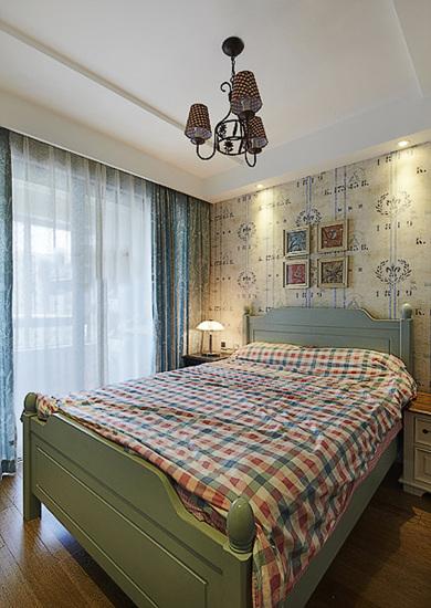 整个家居甜美清新的风格,通透的客厅内摆设着黑色的美式真皮沙发,带着图片