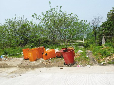 垃圾桶就放在离水库不远的路边-横溪水库边 环境乱糟糟