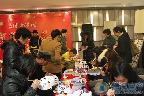 正文  下午13:00走进售楼处内,就看到一群小朋友围着小丑要百变气球图片