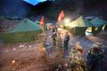 组图:抢险战士夜宿堰塞湖照片
