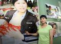 组图:抗震英模参观上海救灾图片展