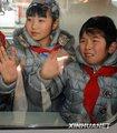 组图:四川地震灾区学生惜别昆明踏上回乡旅程