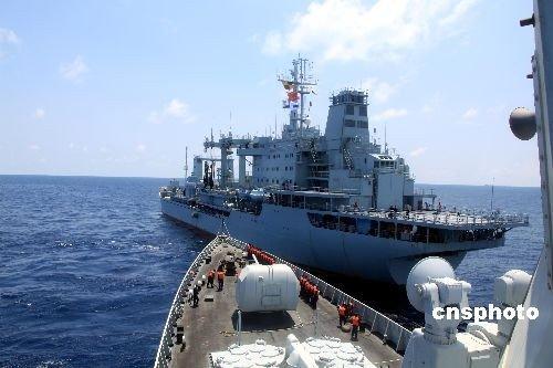 组图:中国海军首批护航编队最后一次海上补给