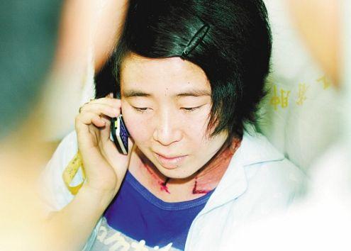 二妹最爱漂亮,一头长发很宝贝,为剪头发上上下下坐电梯好几次,很犹豫.图片