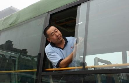 成都新空调公交上路 增加活动侧窗应急开关