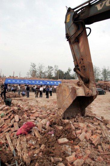 图文:挖掘机清理安徽凤阳企业爆炸事故现场