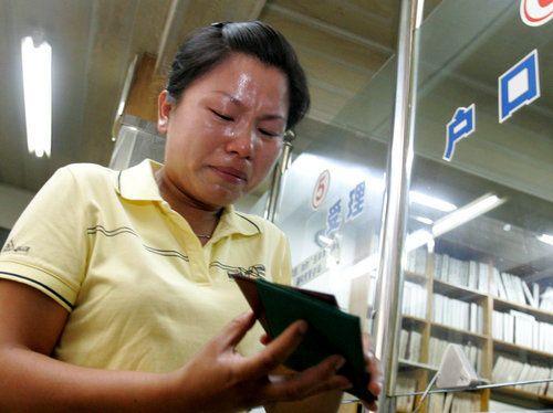 2009年6月24日,李影拿到刚刚办好的上海户口簿后激动得热泪盈眶。邵剑萍/CFP