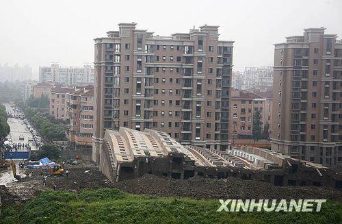 组图:上海一在建商品楼发生倒塌事故