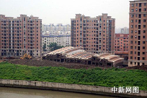 组图:上海在建住宅楼倒塌 购房者要求退房