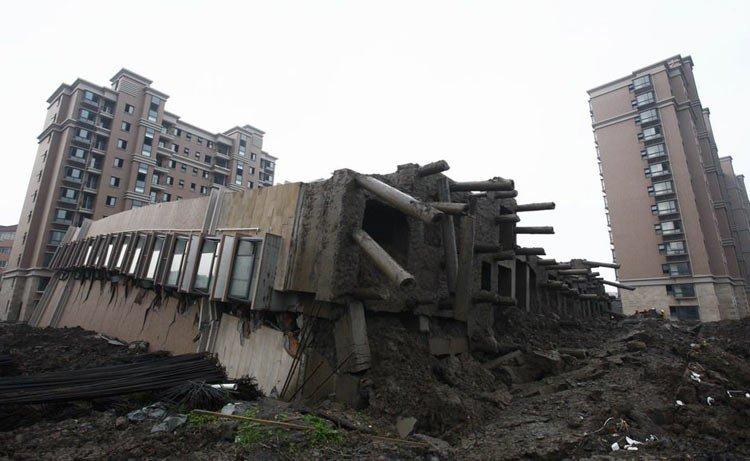 6月27日,倒塌的商品房地基全部外露。新华社记者 裴鑫摄