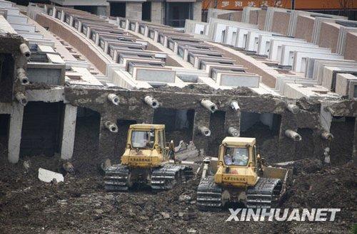 组图:上海倒塌住宅楼善后工作正在进行