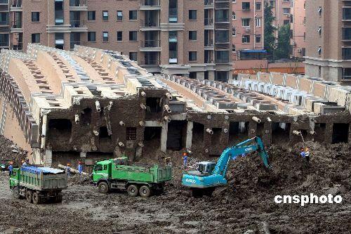 图文:上海塌楼事故工地卸土工作即将结束