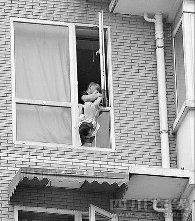 父亲抱两岁女儿跳楼 获救后被市民痛扁(图)
