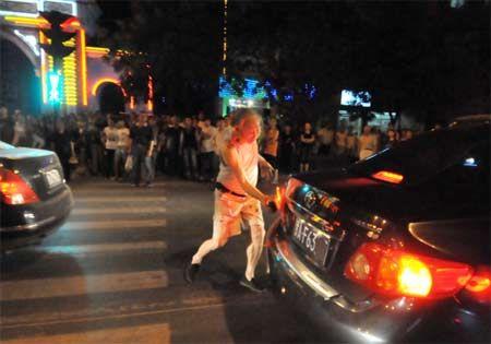 老人持砖连砸30辆闯红灯违章车辆(图)群众喝彩叫好......