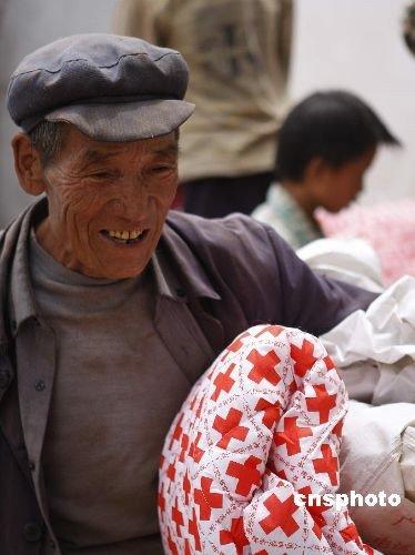 中外人士纷纷向云南姚安地震灾区捐款捐物