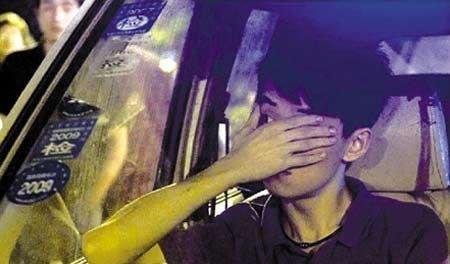 坐在警车里的肇事司机胡斌