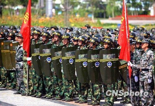 乌鲁木齐市维稳一线民兵举行阅兵式