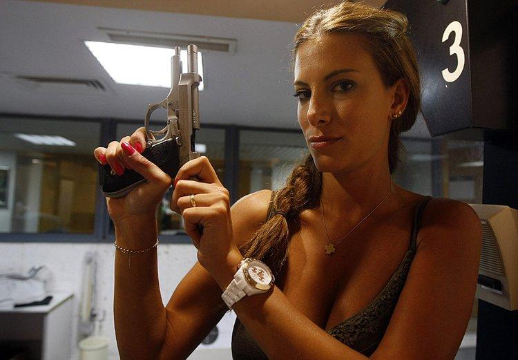 高清图:黎巴嫩支泛滥 美女不爱红装爱武装